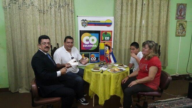 Oscar Iván Aristazábal Colmán desayunando en compañía de su hermana Celmira Aristazábal, hijo Oscar Iván Aristazábal Colmán y Omar Hernández.