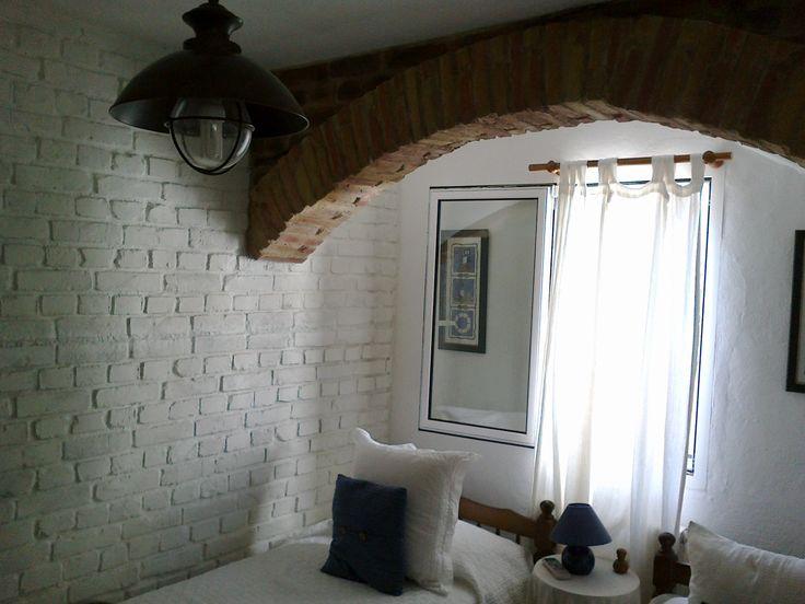 Dormitorio reformado con ladrillo macizo blanco. Refurbished bedroom with white rough brick. #WallPanels #Decoration #DressYourWall