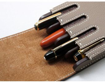 Handmade leather Pen case  - Brand : dex+annery - 100% hand work - Material : Italian Vegetable leather (crocodile pattern cowhide) - Serafil : No.20 (made in Germany) - Pen is not included - Process time : 12~15 business days  ..................................................................................................................  Italian Vegetable leather  VERA PELLE, Italian leather association provides vegetable tanned leather in stable quality in method transmitted from the…