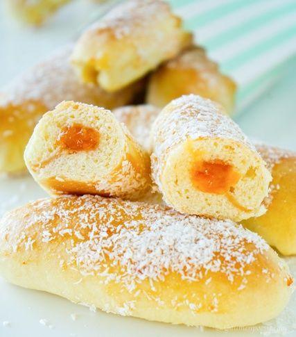 Eskimos Stangen - Ein süßes Hefegebäck mit Marillen Marmelade und Kokosflocken