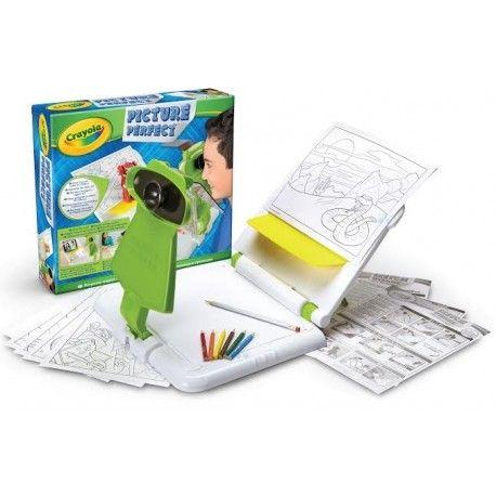 Picture Perfect Magiczne Rysowanie to świetna zabawka plastyczna dla każdego!  Jest to idealny zestaw do nauki rysowania oraz rozwijania zdolności plastycznych u dziecka.  Ponadto jest to świetna zabawa i nieograniczona możliwość rysowania nowych, ciekawych przedmiotów.  W zestawie znajduje się specjalne urządzenie do nauki rysowania, które umożliwia odrysowanie każdego przedmiotu.  Picture Perfect rzuca cień danego przedmiotu na kartkę, reszta jest już w rękach małego artysty!