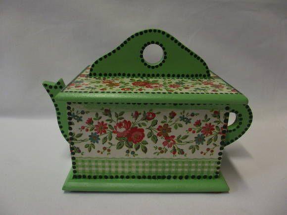 Caixa em MDF, no formato de um bule de chá, decorada com decoupagem. Confecção: Atelier da Ponte R$ 28,00