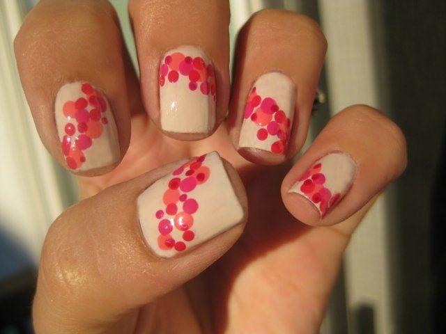 nail art simple à faire soi-même: fond blanc à pois rose et magenta
