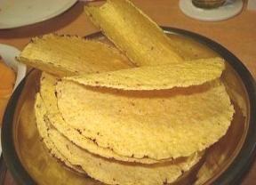 Rendimento16 porções Ingredientes- 2 xícara(s) (chá) de farinha de milho amarela - 1 1/2 xícara(s) (chá) de água - 1/2 colher(es) (ch ...