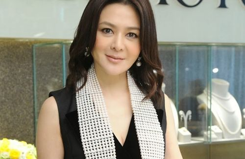 Retired film actress Rosamund Kwan reportedly got married with longtime boyfriend Chen Tai Ming recently.
