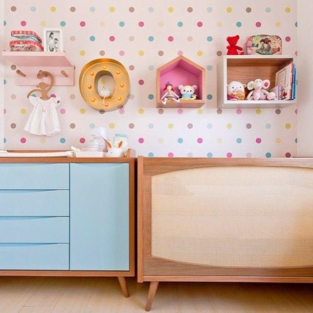 Os móveis do quarto de bebê se encaixam perfeitamente no espaço. O berço e a cômoda Retrô, o letreiro luminoso, os nichos e as prateleiras do quarto são da loja Ameise. O papel de parede de bolinhas é da Papel de Parede dos Anos 70 e o cabide de macaquinho é da Coisas da Doris (Foto: Mariana Lima/Divulgação) Mais em casaejardim.com.br