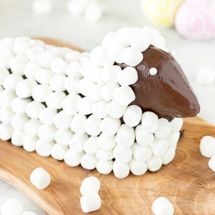 Der Hingucker beim Osterbrunch: Osterlamm 2.0–zarter Rührkuchen, herbeSchokoladenglasur und ein niedliches Fell aus süßen Marshmallows.