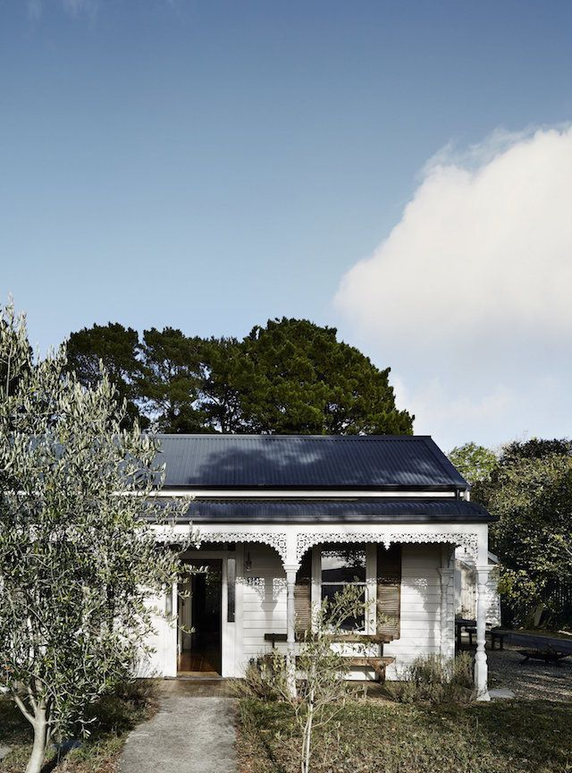 Tell me Aussie friends - what is it about Daylesford, Victoria with it's beautiful array of houses? The latest property to catch my eye is Vintage House Daylesford, captured by Sharyn Cairns. Set in