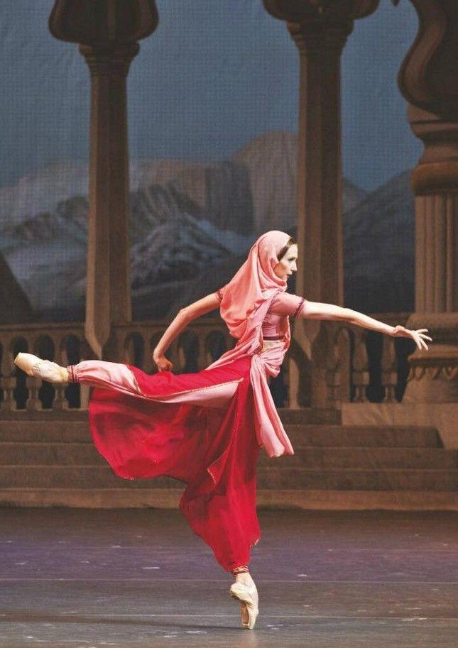 "Svetlana Zakharova as Nikiya ""La Bayadere"". ✯ Ballet beautie, sur les pointes ! ✯"
