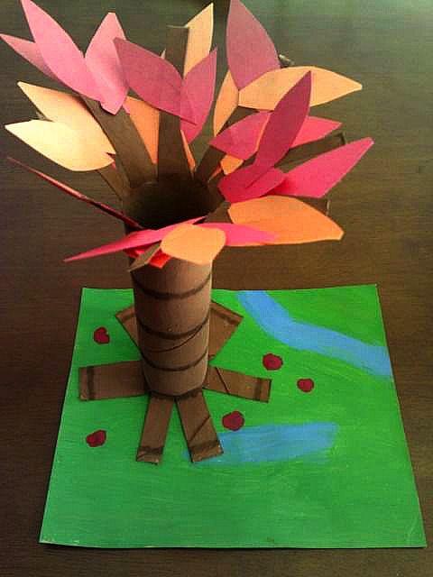 Árbol de otoño con materiales reciclados
