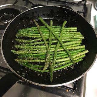 La belle saison des asperges. #foodlovers #naturelovers #instafoodie #printemps #spring #eucomosimnoinstagram #foodies #france #french #foodies #foodlover #asperges #bio #organic #veggie #vegan #organico #vegetarian