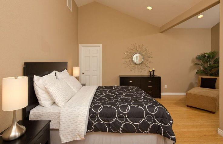 Helle Holzböden verschmilzt mit den weichen Pastell der Wände, eine gemütliche und entspannende Atmosphäre zu schaffen.