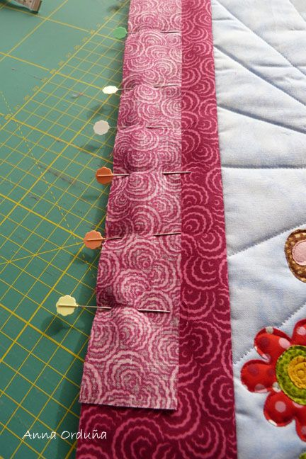 Completo tutorial de Anna Orduña en su blog Mi Rincón de Patch  de como coser un bies para quilts rectos. Multitud de fotos que nos ayudará...