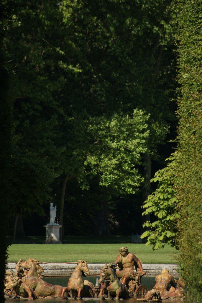 Versailles, perspective prise de l'allée menant du bassin de Flore au bassin d'Apollon. Le Char du Soleil, groupe central du bassin, a été réalisé en 1668-1671 par Jean-Baptiste Tuby. Le char d'Apollon émerge de l'eau,...