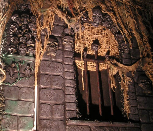 Scary wall shredded burlap yard haunt displays for Diy haunted house walls