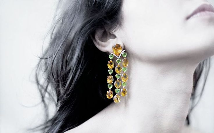 #earrings #jewels #cascadecollection #italianstyle #italianmanifacture #vennarigioielli #illussodelleidee Photo by : @ottaviapoli  CASCADE  Orecchini in oro rosa con citrini, peridoti e diamanti. / Pink gold earrings with citrines, peridots and diamonds.