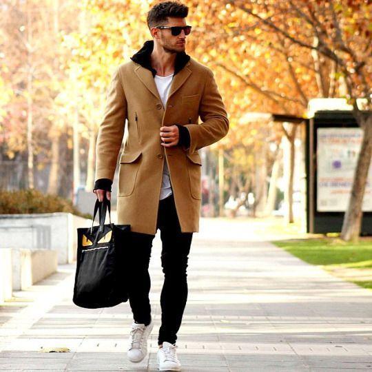 Den Look kaufen: https://lookastic.de/herrenmode/wie-kombinieren/mantel-pullover-mit-kapuze-t-shirt-mit-rundhalsausschnitt/15375   — Dunkelbraune Sonnenbrille  — Weißes T-Shirt mit Rundhalsausschnitt  — Schwarzer Pullover Mit Kapuze  — Camel Mantel  — Schwarze Enge Jeans  — Weiße Niedrige Sneakers