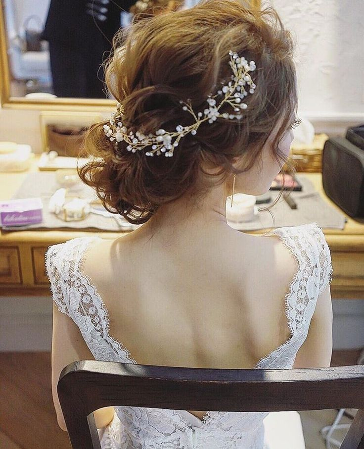 定期的なブログを書けない私です。。。。。 さて、世の中はゴールデンウィーク 私たちヘアメイクは世間とは逆に忙しく大変ありがたいです✨ 幸せな気持ちにいつもさせてもらっております 今日の議題は 『ヘアスタイルオーダーランキング』 去年の花嫁様と今年の花嫁様のヘアスタイルのオーダーの違いを見てみましょう まずは去年の花嫁様からの中でオーダーされる中で人気だったスタイルはこちら⇩⇩ 動きのある波ウェーブのシニヨン 生花を使ったお団子や、ゆるめなお団子がすごく人気でした そして このスタイルたくさん作りました!!そうです編みおろしスタイル...