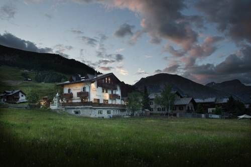 Hotel Steinbock Livigno Boasting a wellness and fitness centre, Hotel Steinbock is 200 metres from the nearest slopes. Set in Livigno, it is surrounded by a garden and terrace, and offers free Wi-Fi throughout.