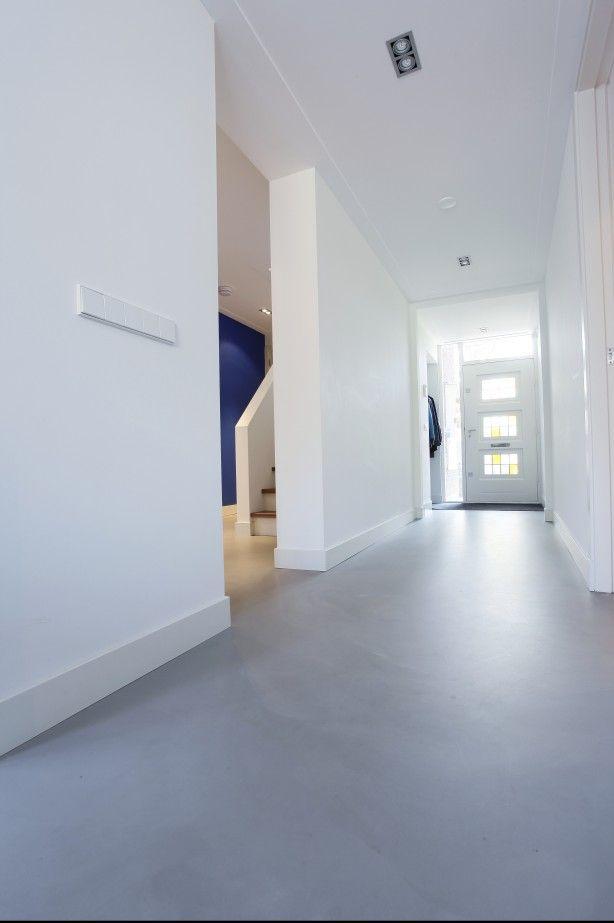 Gietvloer in entree. Aangesloten op de schoonloopmat vormt de Motion gietvloer een duurzame vloerafwerking. Voeg design toe aan uw entree