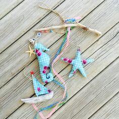 Mobile bois flotté et tissu wax bleu - décoration bohème : bateau, hippocampe, étoile de mer : cadeau naissance