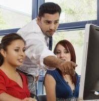 Roles del docente y las TIC Trasladando esta situación al aula, el docente, cambia su rol tradicional para pasar a desempeñar una serie de actividades algo distintas a las que estaba acostumbrado.