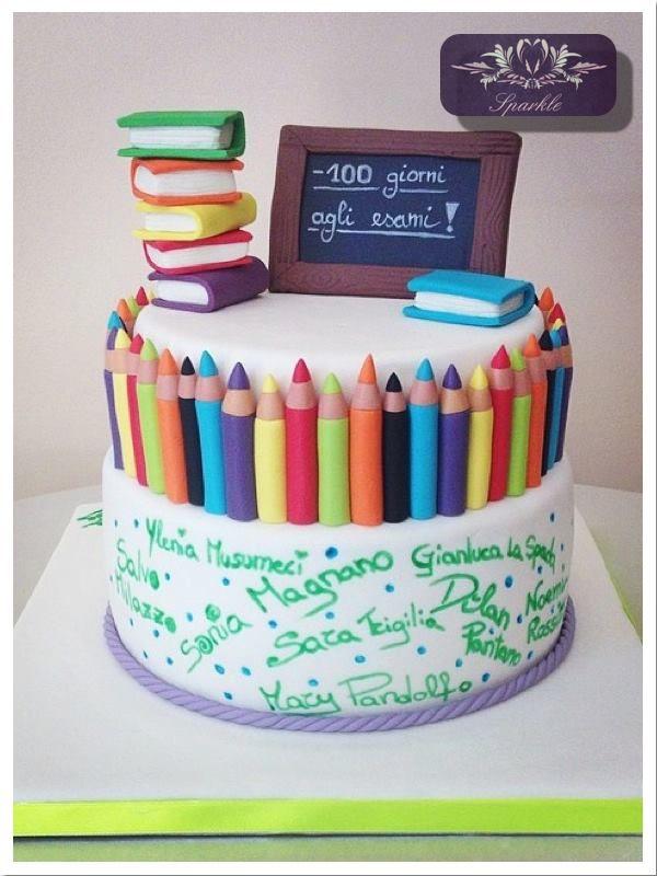 Torte Farbstifte, Bücher, Tafel
