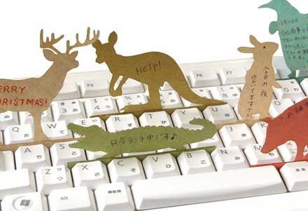 キーボードのキーの隙間に挟んでメッセージを伝える「Deng On」