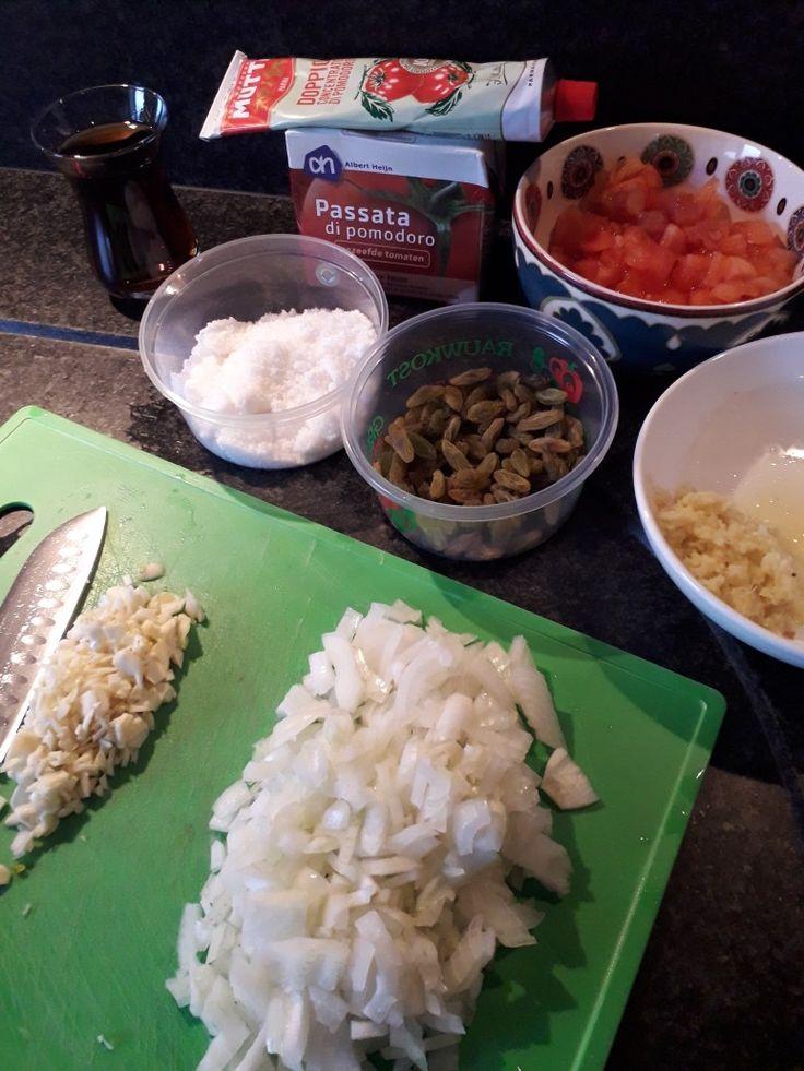 Tomaten chutney 50 ml rodewijnazijn.1 eetlepel geraspte gember.chilivlokken 1/2 theelepel.70 gram suiker.tomaten puree 6 eetlepels. 2 uien 5 verse tomaten .3 knoflooktenen.gele rozijnen handje