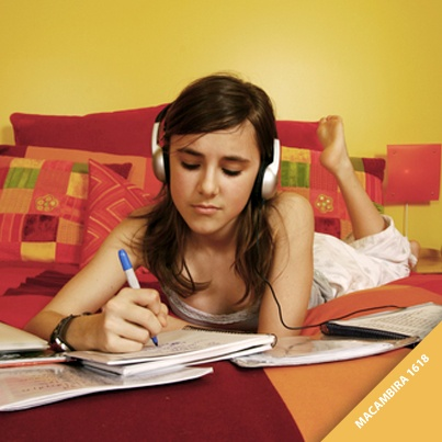 """Você gosta de estudar no quarto? Os tons da cor amarela estão relacionados ao intelecto e às ideias. Pinte o seu quarto com o tom """"Macambira"""" da Tintas Iquine e deixe o ambiente apropriado para leitura e pesquisas."""