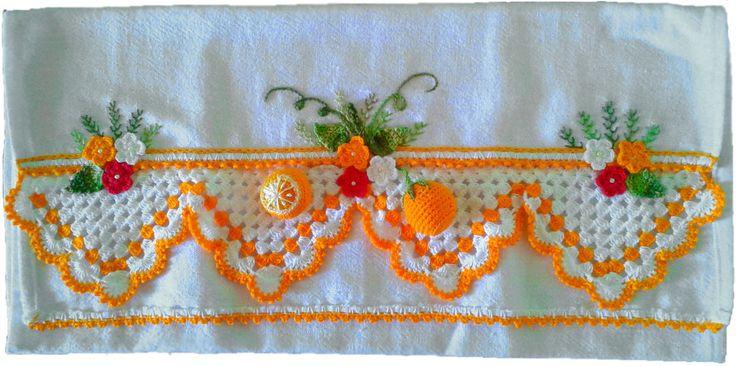 Guardanapo em sacaria de primeira linha (próprio para panos de prato)  44x74cm de tamanho (sem o crochê,pois varia em cada modelo) Bico e laranjas feito em crochê e bordado a mão Prazo de entrega a combinar