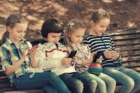 Problematischer Medienkonsum bei Kindern  Wenn das Smartphone unersetzlich wird  (PrNews24) sup.- 75 Prozent der Kinder im Alter von zwei bis vier Jahren spielen täglich bis zu 30 Minuten lang mit Smartphones. Zu diesem Ergebnis kommt die so genannte BLIKK-Studie, bei der u. a. mit Unterstützung des Berufsverbandes der Kinder- und Jugendärzte (BVKJ) 6.000 Minderjährige im Hinblick auf ihren Umgang mit digitalen Medien befragt wurden. Jugendliche aktivieren ihre mobilen Telefone im Schnitt…
