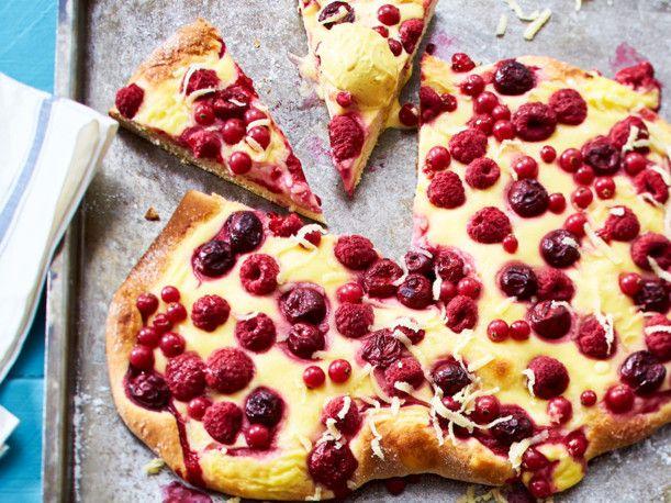Süße Sommerpizza mit Beeren und Kirschen Rezept | LECKER