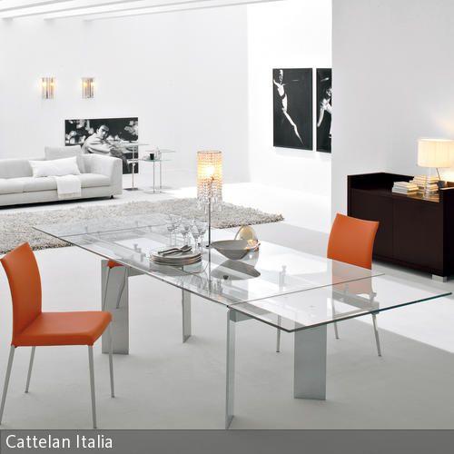 Fast schon futuristisch wirkt dieses moderne Esszimmer, in dem die Farben Weiß und Schwarz dominieren. Zwischen den weißen Wänden und dem weißen Boden  …