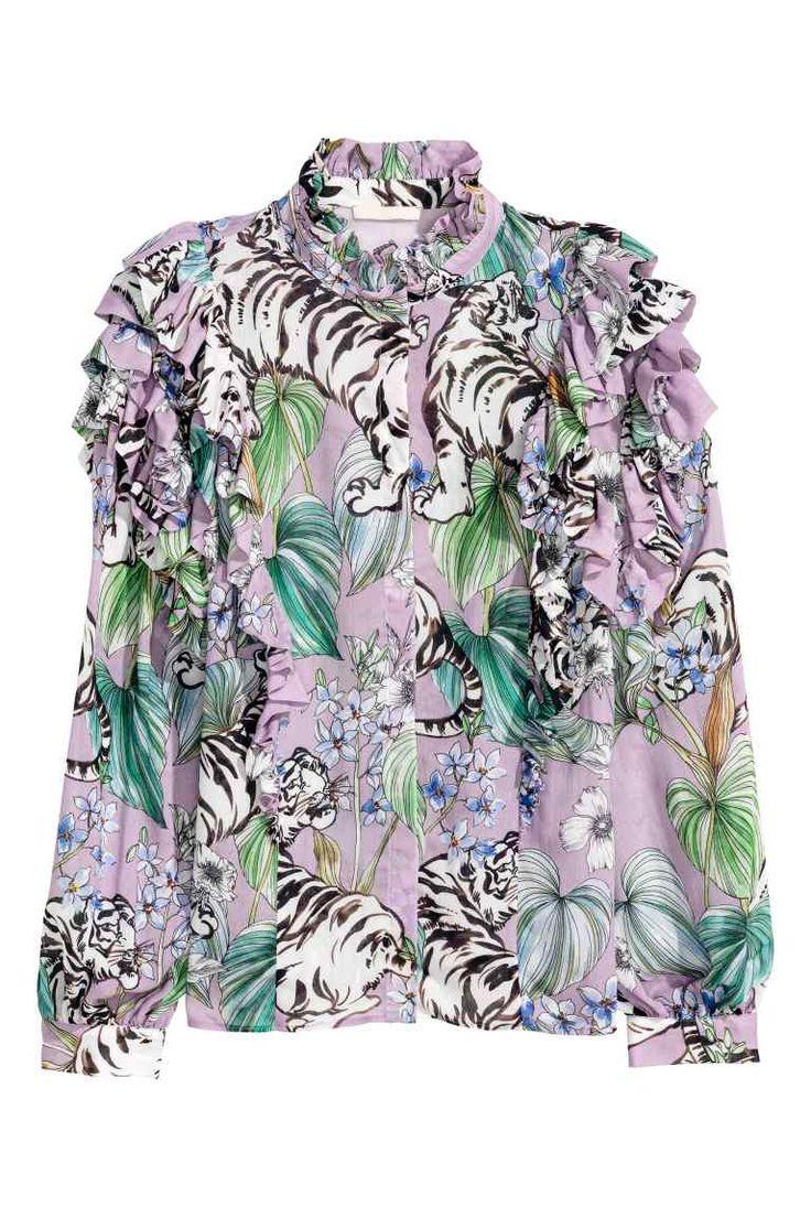 Blouse met volants: Een blouse van fijne, geweven kwaliteit met een halsboordje met een volantrandje, een blinde knoopsluiting voor, volants op de schouders en lange, wijde mouwen met een manchet.
