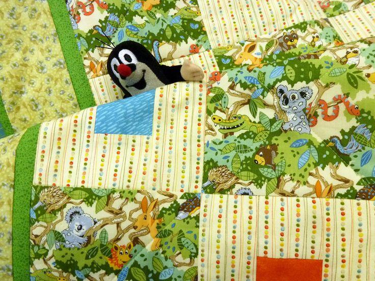 """Детское одеяло """"Коалы и кубики"""" Ручная работа, выполненная в мастерской """"Шить легко""""   Ткань 100% хлопок ( Корея, США). Наполнитель 100% хлопок. Размер 120 х 95 см  Одеяло тонкое, но тепленькое, т.к. внутри натуральный хлопок. Им можно укрываться во время сна или использовать как покрывало. В маленькой кроватке такое одеялко будет очень хорошо смотреться и приучит ребенка к порядку. Он с удовольствием будет убирать свою кроватку после сна. А перед сном для развития ребенка покрывало можно…"""