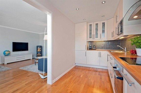L-formet kjøkken i en identisk leilighet