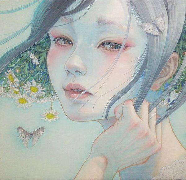 Oil painting by Miho Hirano. Je ziet een jong meisje. uit haar haar komen witte bloemen en om haar heen vliegen vlinders. haar rechterhand gaat door haar haar. Er word veel gebruik gemaakt van zachte kleuren.  Connectie: De ouders van May Young. vader is een vlinder en moeder is een witte bloem. Stroming: geen specifieke stroming, maar het heeft iets weg van Jungendstil.