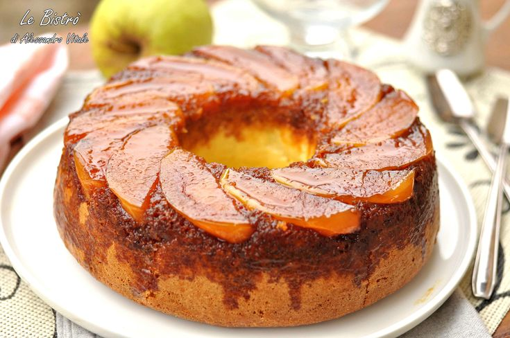 La Torta di mele rovesciata, ricetta furba è una golosa e facile torta da mangiare in compagnia di amici con una pallina di gelato o con una tazza di caffè.