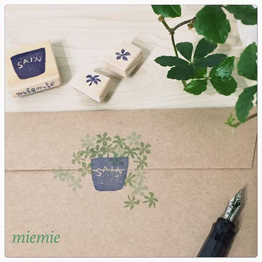 ◾︎シュガーパインがあふれる植木鉢の消しゴムはんこです【植木鉢】と【シュガーパインの葉】(2種類)の3個がセットです◾︎シュガーパインの花言葉は「すこやか」。植木鉢にはフランス語で「すこやか」の意味の「sain」を入れています。ご希望の方は文字を変更することができます♪◾︎お手紙やメッセージカード、テーブルコーディネートとしてコースターにスタンプすると、おうちカフェ風に…など用途は様々で、葉...