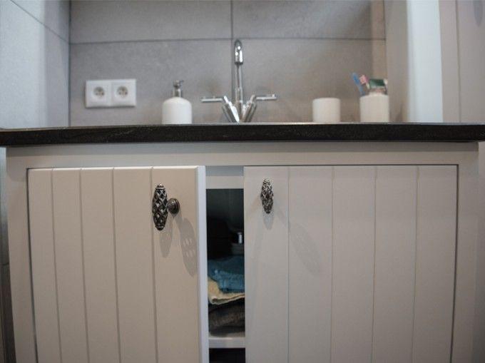 badkamer met schuin plafond en veel hoekjes en kantjes werd omgetoverd ...