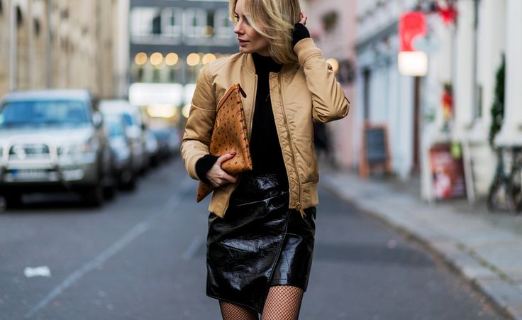 Bloggerin Lisa Hahnbück trägt einen der Megatrends in diesem Winter: einen Lacklederrock von MangoinKombination miteinem Pullover von H&M, einer Bomberjacke von Schott und derPouch-Clutch von MCM.