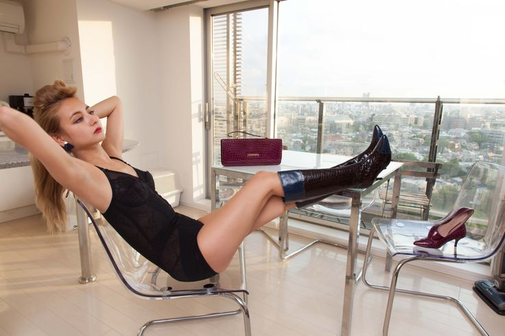 You don't need to have a hot date to wear our VanCliffe Dean shoes or bags! Even a Sunday morning doing the housework! #Japan #VCD #Fashion #Shoes #handbags #sexy