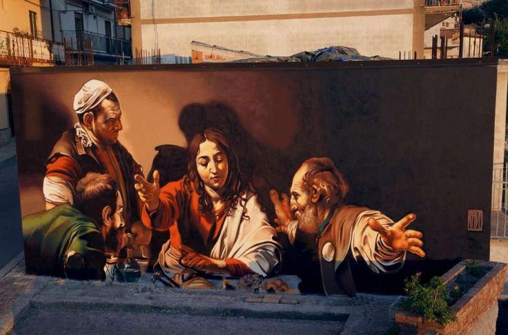 San Salvatore di Fitalia, Messina: nuovo pezzo dello street artist italiano Andrea Ravo Mattoni che rappresenta Cena di Emmaus, un dipinto realizzato da Caravaggio all'inizio del Seicento. LINK UTI…