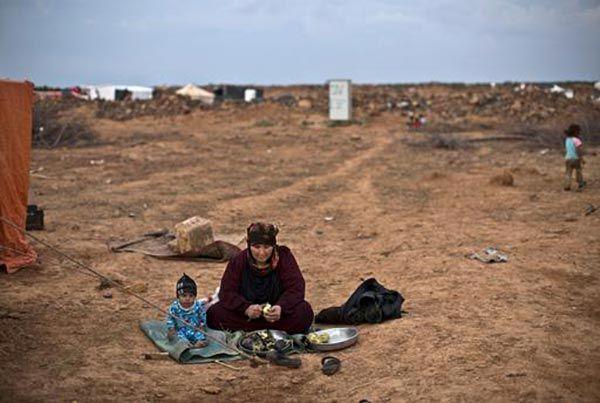 Circa 60.000 persone bloccate in condizioni terribili presso il confine nord-orientale della Giordania con la Siria hanno bisogno di aiuti umanitari urgenti e di protezione internazionale. Questo l'appello che l'organizzazione medico-umanitaria, Medici Senza Frontiere (MSF) ha lanciato oggi in una conferenza stampa ad Amman.