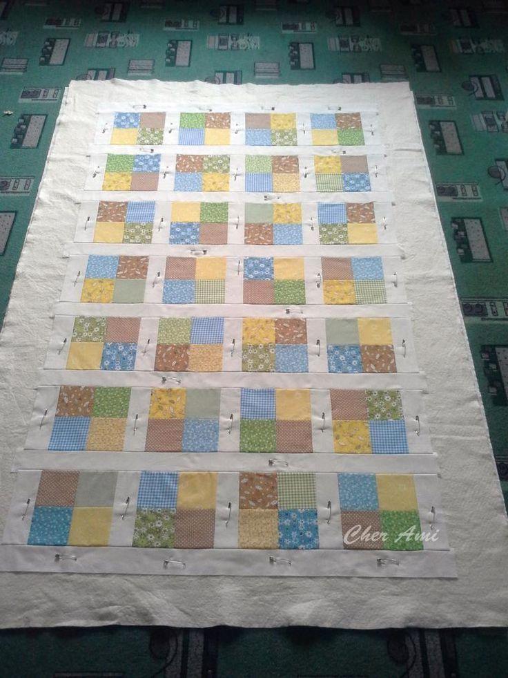 Такое одеялко советую сшить тем, кто хочет попробовать себя в лоскутном шитье. Размер готового одеяла 97 х 157 см. Нарезаем квадратики, у меня 8х8 см без припуска (припуск 6-7 мм). Раскладываем по цвету/рисунку. Обожаю этот этап, уже видно будущее одеялко. Сшиваем квадратики в блоки.