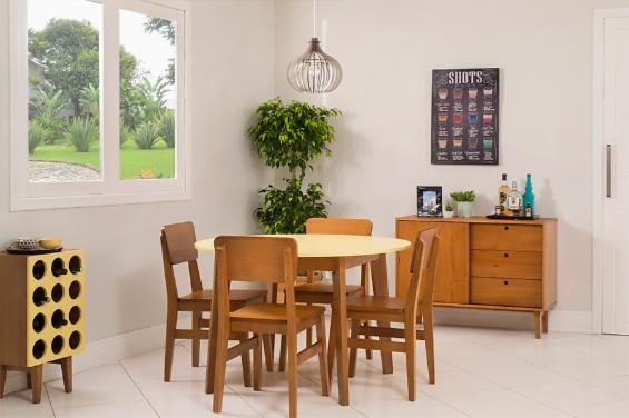 A sala de jantar é o centro da casa e o cômodo que reúne todo mundo deve ser confortável e elegante ao mesmo tempo. O Conjunto de Jantar Charme é composto por móveis curinga, que, seja em um ambiente grande ou pequeno, fazem a diferença.