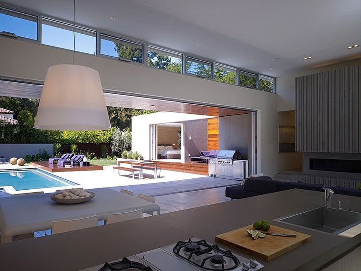 This modern California house is exactly how one would imagine a cool California house to look like! Low pavilion like geometry with rectangular shapes, flat roof, many glass surfaces...
