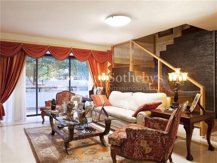 Apartamento  de Luxo 5 quartos / Lisboa, Parque Nações - Inserido num dos mais prestigiados condomínios privados do Parque das Nações, encontra-se este magnífico apartamento T5 em Duplex. O 1º Piso é constituído por uma sala de 63 m2 com lareira, acompanhada por um amplo terraço, uma cozinha de 25 m2 e uma suite. No 2º Piso existem 3 suites com cerca de 28m2 e um quarto de 14m2. Possui ainda 4 lugares de garagem e uma arrecadação. Para além de todas estas comodidades, existe segurança e ...