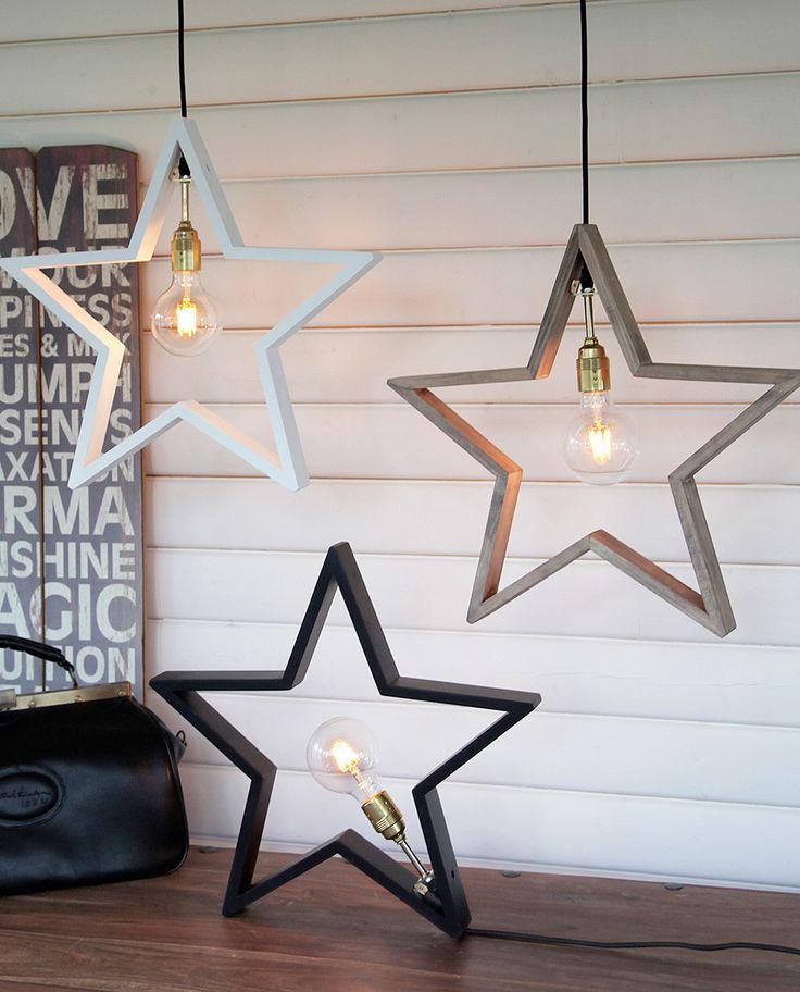 LYSeKIL er en meget dekorativ adventsstjerne fra Star Trading. Stjernen er produsert i treverk og tilgjengelig i fargene hvit, brun og sort. Stjernen er forholdsvis stor og vil ta seg godt ut i litt større vinduskarmer, eventuelt plasseres på bord eller gulv. LYSeKIL har en sokkel i messing og den behøver en dekorativ pære for å ta seg best ut. Du får deg også i en litt større og bredere variant som er beregnet for bord eller gulv.